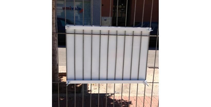 Sistema sujeción placa a verja o valla