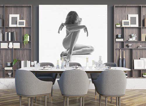 elegante foto en blanco y negro montada sobre un bastidor en un comedor.