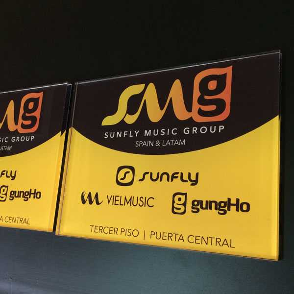 Placas de metacrilato rotuladas para Sunfly Music Group en Madrid.