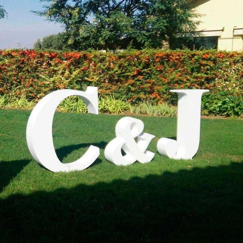 letras gigantes boda, letras en jardín, iniciales boda