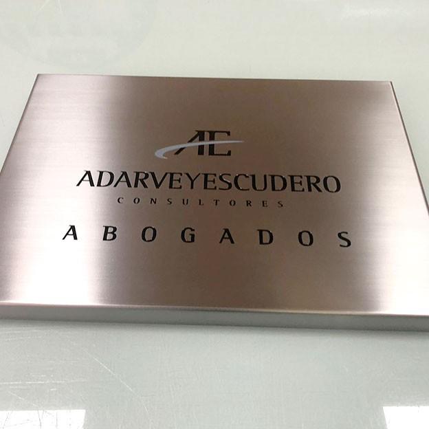 Placa de acero grabada para la gestoría Adarve y Escudero.