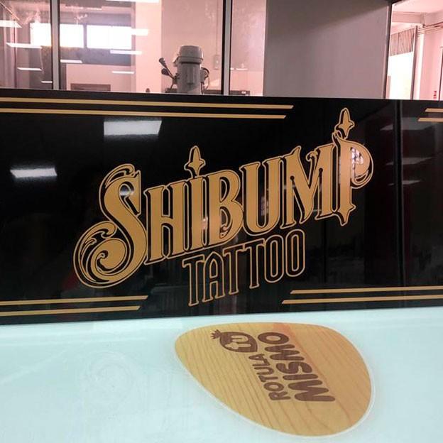 Cartel sin luz para la tienda de tatuajes SHIBUMP TATTOO