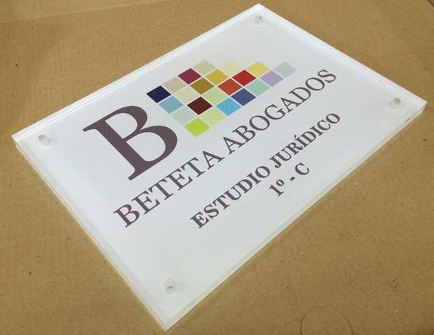 Placa de metacrilato para el despacho Beteta Abogados en Valencia.